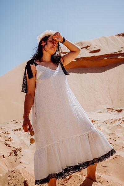 Lina kleita - balta, ar melnu mežģīni